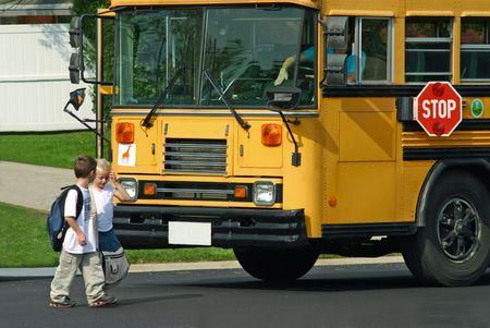 fermata bus: Capretti che ottengono fuori del bus