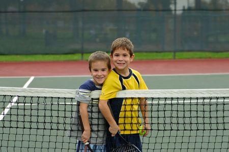 Dos ni�os jugando tenis  Foto de archivo - 574960