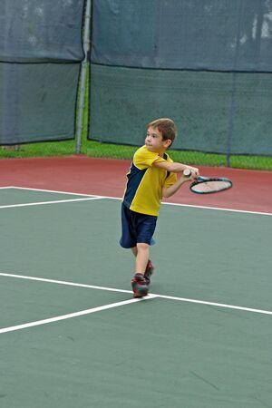 jugando tenis: Muchacho Que juega A Tenis