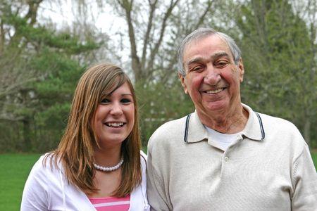 彼の側で彼の孫娘と笑っておじいちゃん