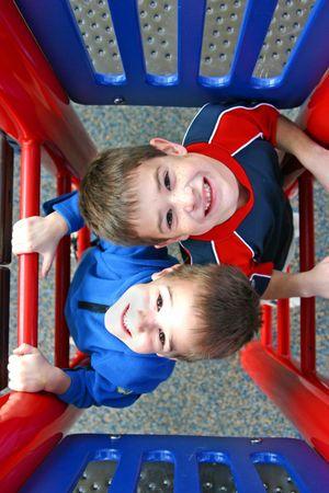 ni�os en recreo: Dos ni�os jugando por la que se de lado a lado,  Foto de archivo