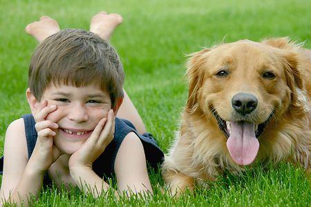Jonge Jongen met hond
