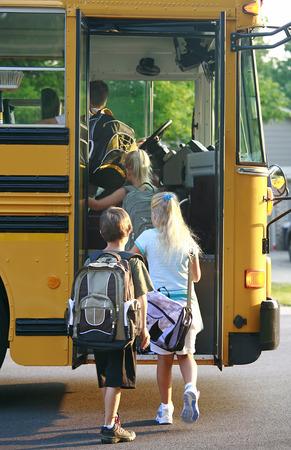 aller a l ecole: Getting Kids sur des autobus scolaires
