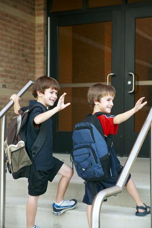 2 人の男の子の学校に入る 写真素材