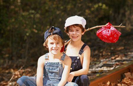 overalls: Dos muchachos en una aventura Foto de archivo