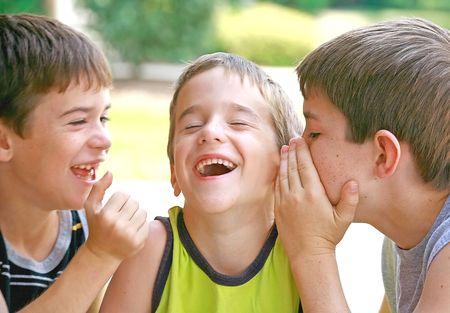 brat: Chłopcy Telling Secrets Zdjęcie Seryjne