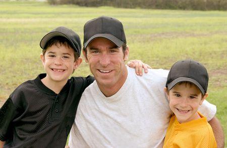 pelotas de baseball: Pap� y los ni�os en sus uniformes de b�isbol  Foto de archivo