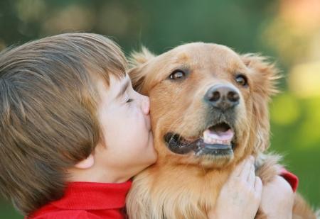 personas abrazadas: Boy Kissing perro