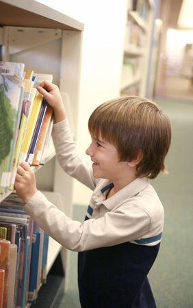 ni�os sentados: Out Boy Recogida del libro de una biblioteca