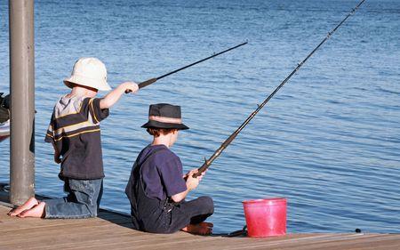 hombre pescando: Boys pesca de muelle