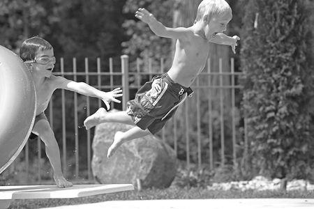 ni�o empujando: Chicos Jugando en la piscina