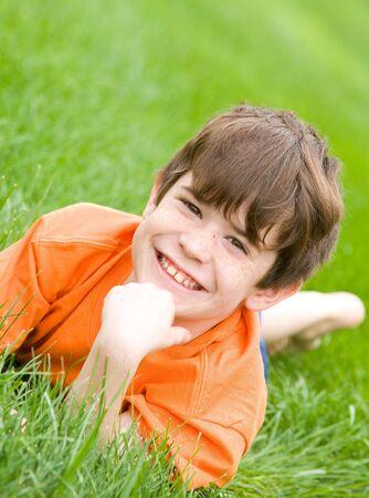 little models: Cute Boy Sentar en la hierba