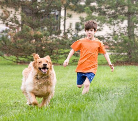 男の子が犬のレース 写真素材