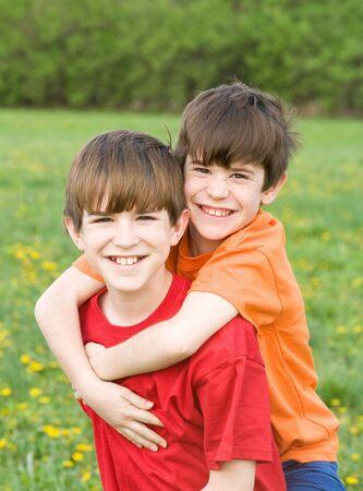 hermanos jugando: Boy dar el paseo en la parte posterior  Foto de archivo