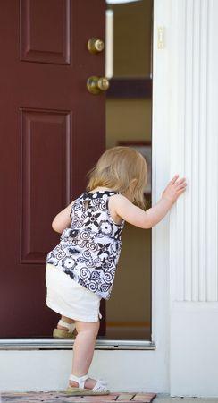 Little Girl Going into Home Фото со стока - 3160025