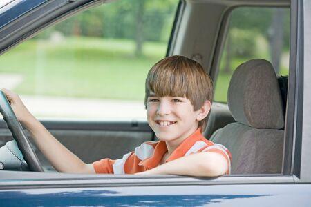 Tiener zit Zetel van het voertuig