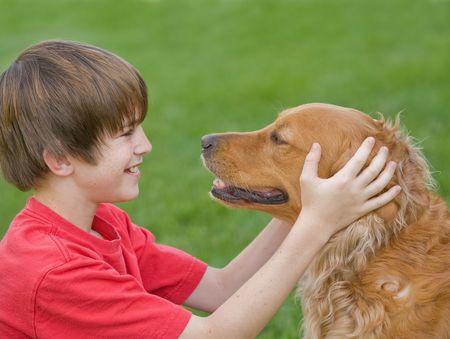 Junge spielt mit seinem Hund Standard-Bild - 3299644