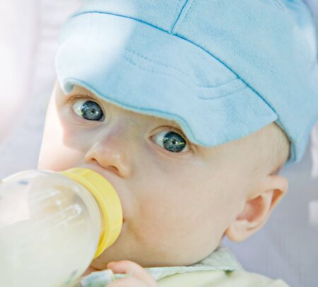 Little Baby Drinking out of a Bottle Banque d'images