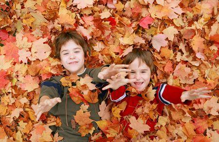 Jungen Spaß werfen Blätter Standard-Bild - 3499923