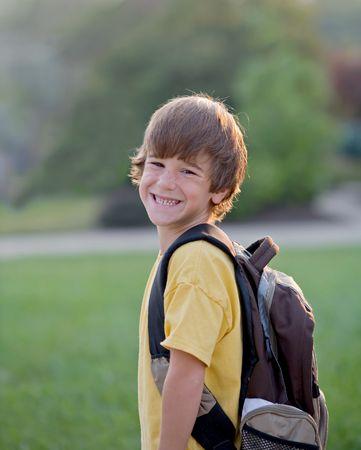 ni�o con mochila: Listo para la escuela Foto de archivo