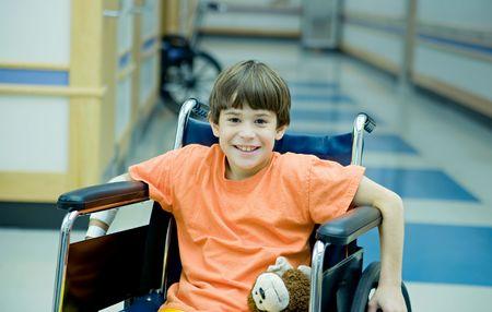 persona en silla de ruedas: Chico en silla de ruedas  Foto de archivo