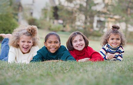 enfants qui rient: Children Laughing quatre dans un Row Banque d'images