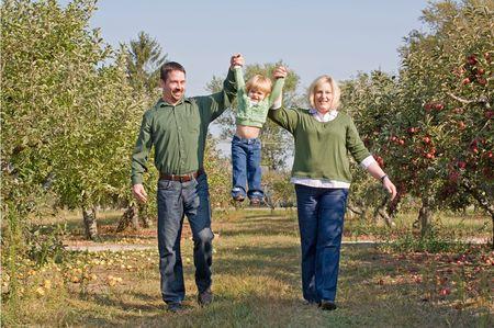 Eltern Swinging Little Girl Standard-Bild - 3705037