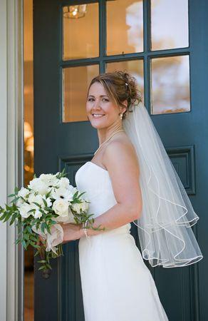 abriendo puerta: Novia de apertura de puerta de la casa