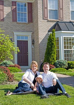 Happy Family vor ihren Home Standard-Bild - 3829677