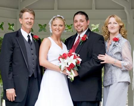 Braut und Bräutigam mit ihren Eltern Standard-Bild - 3854378