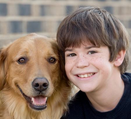 Cute Little Boy Smiling mit Hund Standard-Bild - 3974697