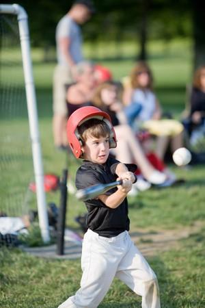 "Boy losgeht Hit ""Home Run Standard-Bild - 4126998"