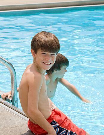 少年はプールで楽しい時間を過ごして 写真素材