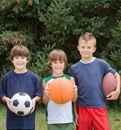 Kleine Jungen mit Sportbälle Standard-Bild - 4173603