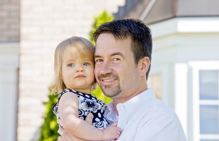 Vater und Tochter vor dem Haus Standard-Bild - 4249537