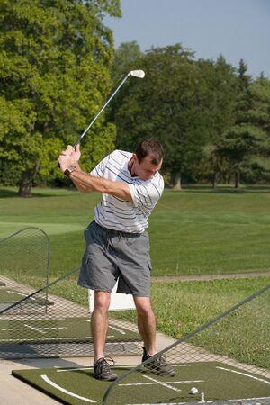 男性練習ゴルフ