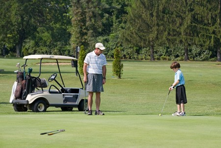 Father and Son Playing Golf Banque d'images