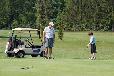 Vater und Sohn spielen Golf Standard-Bild - 4294380