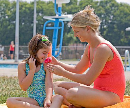 Mère et fille à la piscine Banque d'images - 4476700