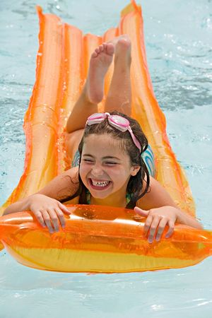 schwimmend: Little Girl Spa� Floating in der Pool -