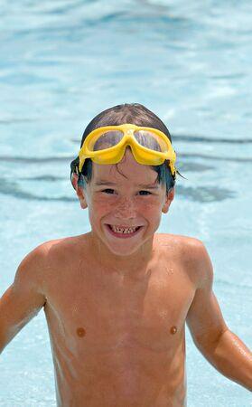 プールで楽しい水泳を持つ少年