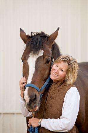 Frau mit ihr Pferd Standard-Bild - 4641639