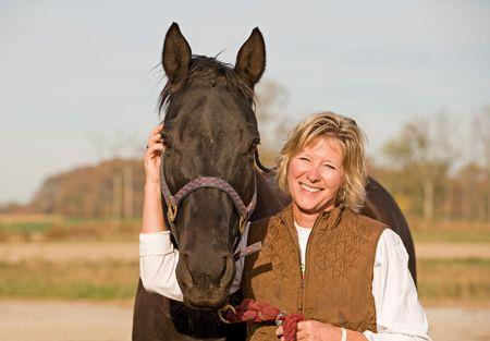 caballo negro: Mujer caballo y r�e Foto de archivo