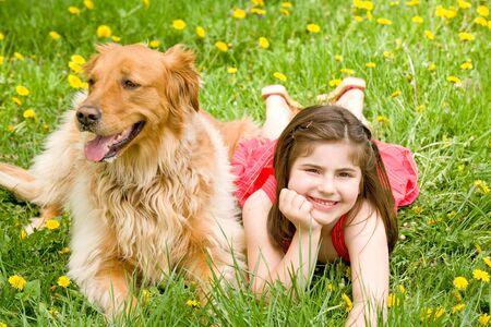 개가 누워있는 어린 소녀