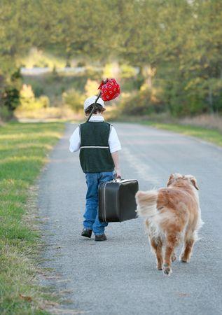 집에서 멀리 여행하는 어린 소년