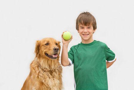 어린 소년 그의 개 가져 오기 재생 스톡 콘텐츠