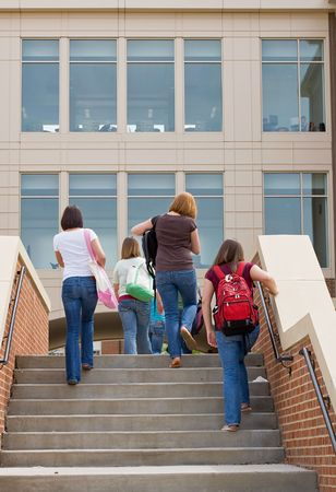 ni�os saliendo de la escuela: Grupo de College Girls ir a la escuela