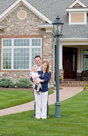 그들의 집 앞에서 행복한 가정
