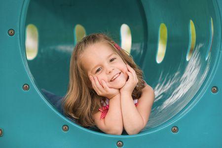 소녀 놀이터에서 놀고 스톡 콘텐츠