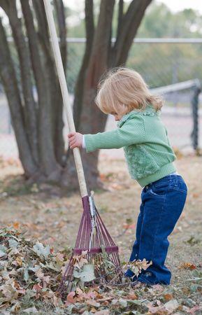 가을 잎에서 놀고있는 소녀